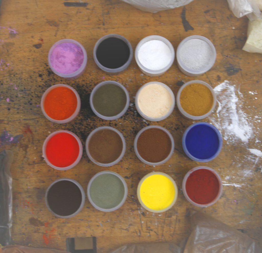 Farbtöpfe auf Werkbank